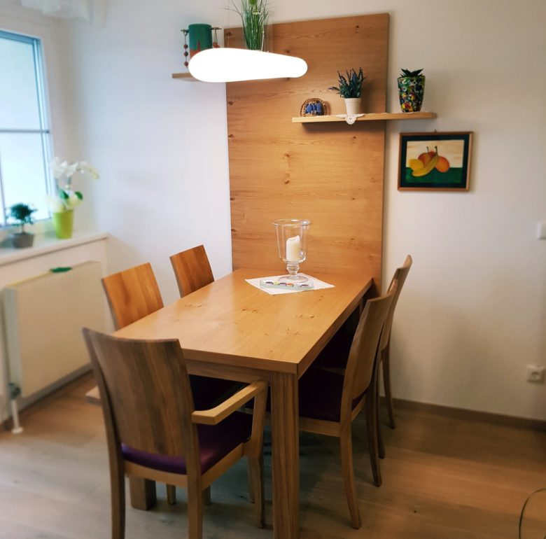 Tisch mit Wand